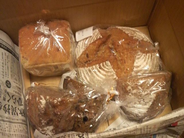 『喜ぶパンたち』