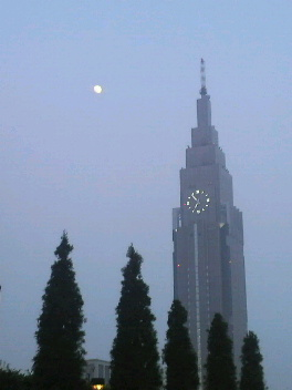 時計塔と月